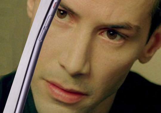Foto umoristica tratta dalla famosa scena del film The Matrix in cui il protagonista flette un cucchiaio con la mente