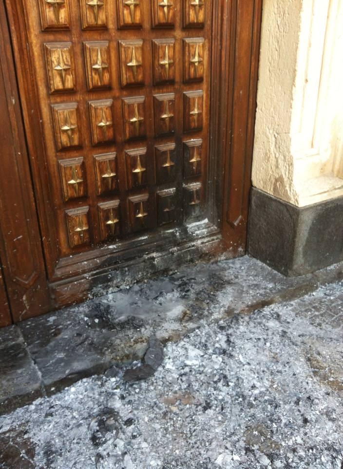 Il portone della chiesa oggetto dell'atto di vandalismo