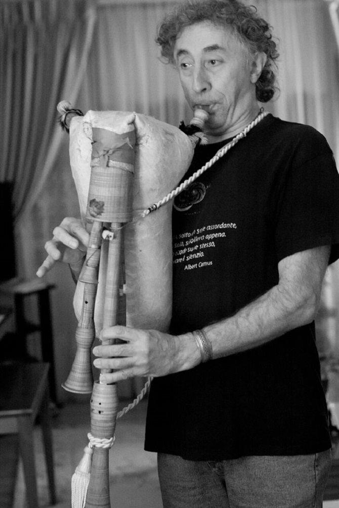 Giuseppe Severini con una zampogna