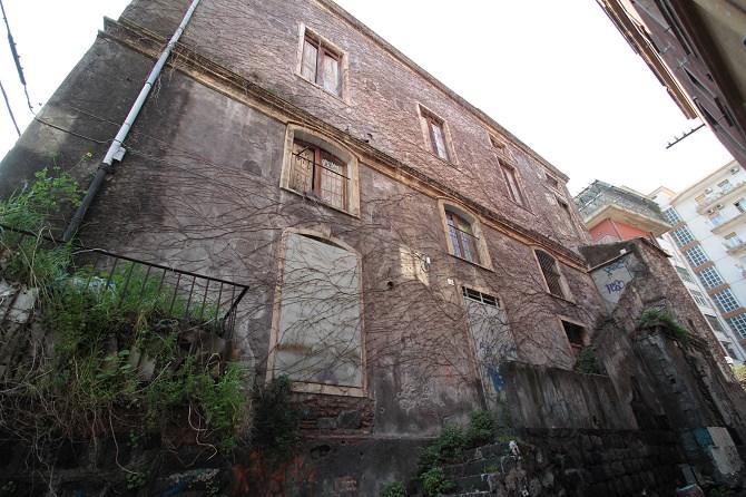 palazzo via ala abbandonato difronte al carcere