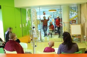 associazione-nessuno-resti-indietro-con-personale-e-piccoli-spettatori-reparto-oncologico-pediatrico-2