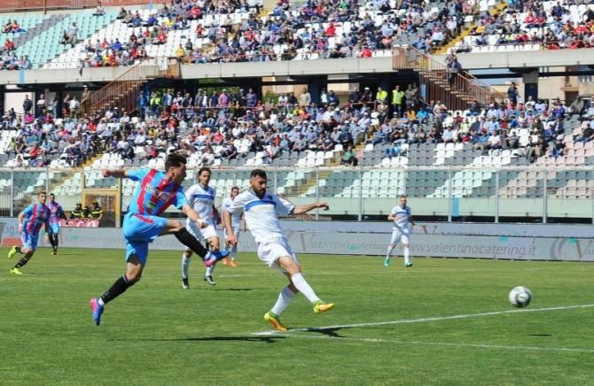 L'azione che ha portato Di Grazia alla rete del 2-0 in Catania-Siracusa: la gara terminerà poi 3-1 per i rossazzurri (foto: Filippo Galtieri)