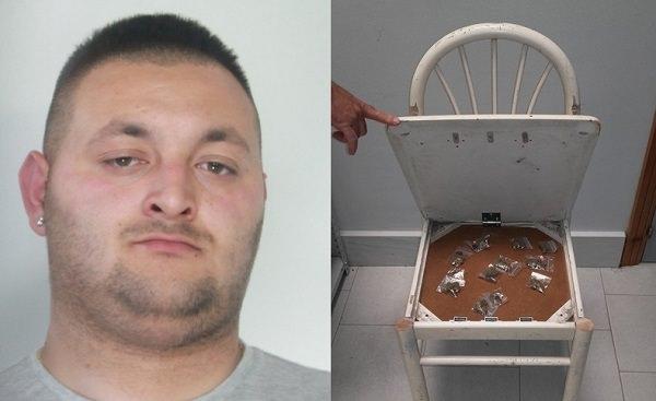 Giovanni Raimondo, 26 anni, spacciatore nella zona di viale Nitta - teneva le bustine di marijuana sotto la sedia.