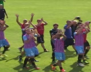 © NewSicilia.it - I giocatori del Catania applaudono i tifosi a Torre del Grifo.
