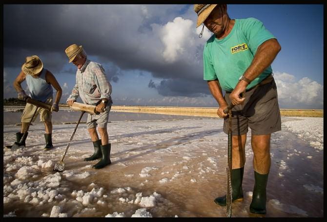Gli uomini del sale (Foto di Fabio Savagnone