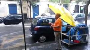 Pesca in via Plebiscito: a Catania tra il maltempo non manca l'ironia