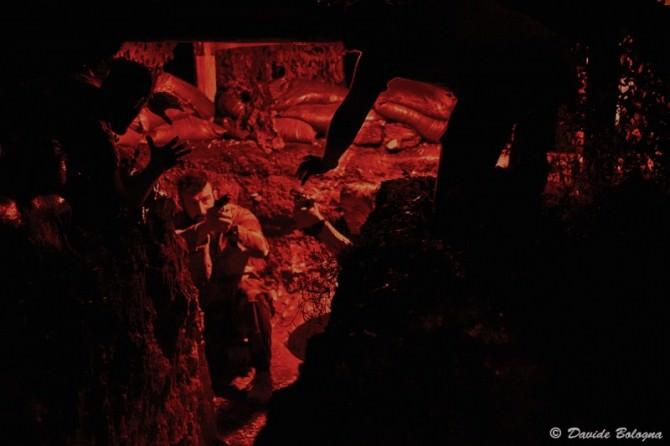 Simulazione di un attacco di zombie in una delle trincee di AirSoft City