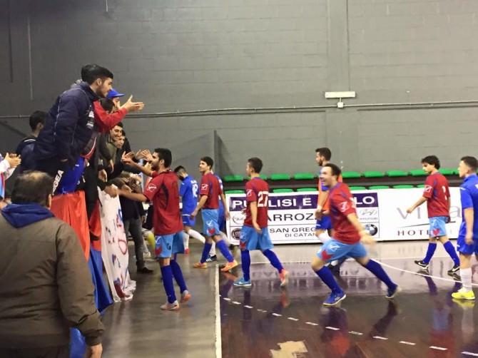 I giocatori del Catania salutano i tifosi dopo la vittoria