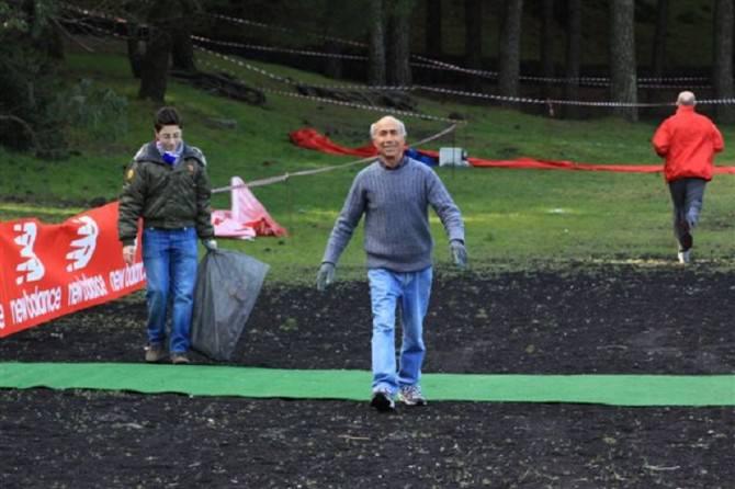 Nella foto di Salvatore Torregrossa: Domenico Rizzo, sorridente, dopo aver finito di preparare il percorso alla Pineta dei Monti Rossi a Nicolosi il 21 marzo 2010 per l'Etna Cross.
