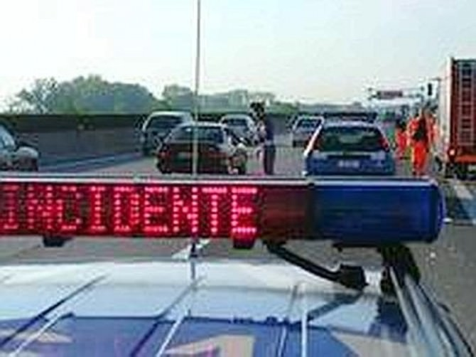 incidente auto polizia