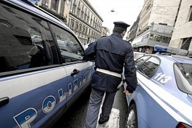 poliziotti di spalle
