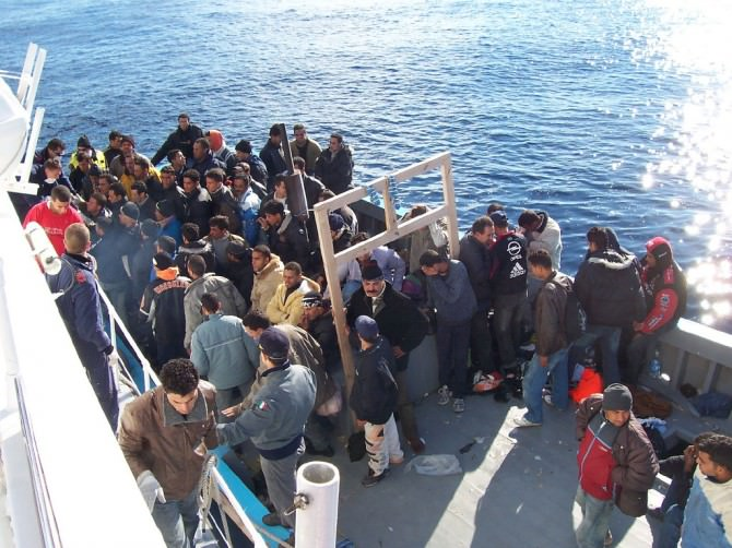 Boat_People_at_Sicily_in_the_Mediterranean_Sea