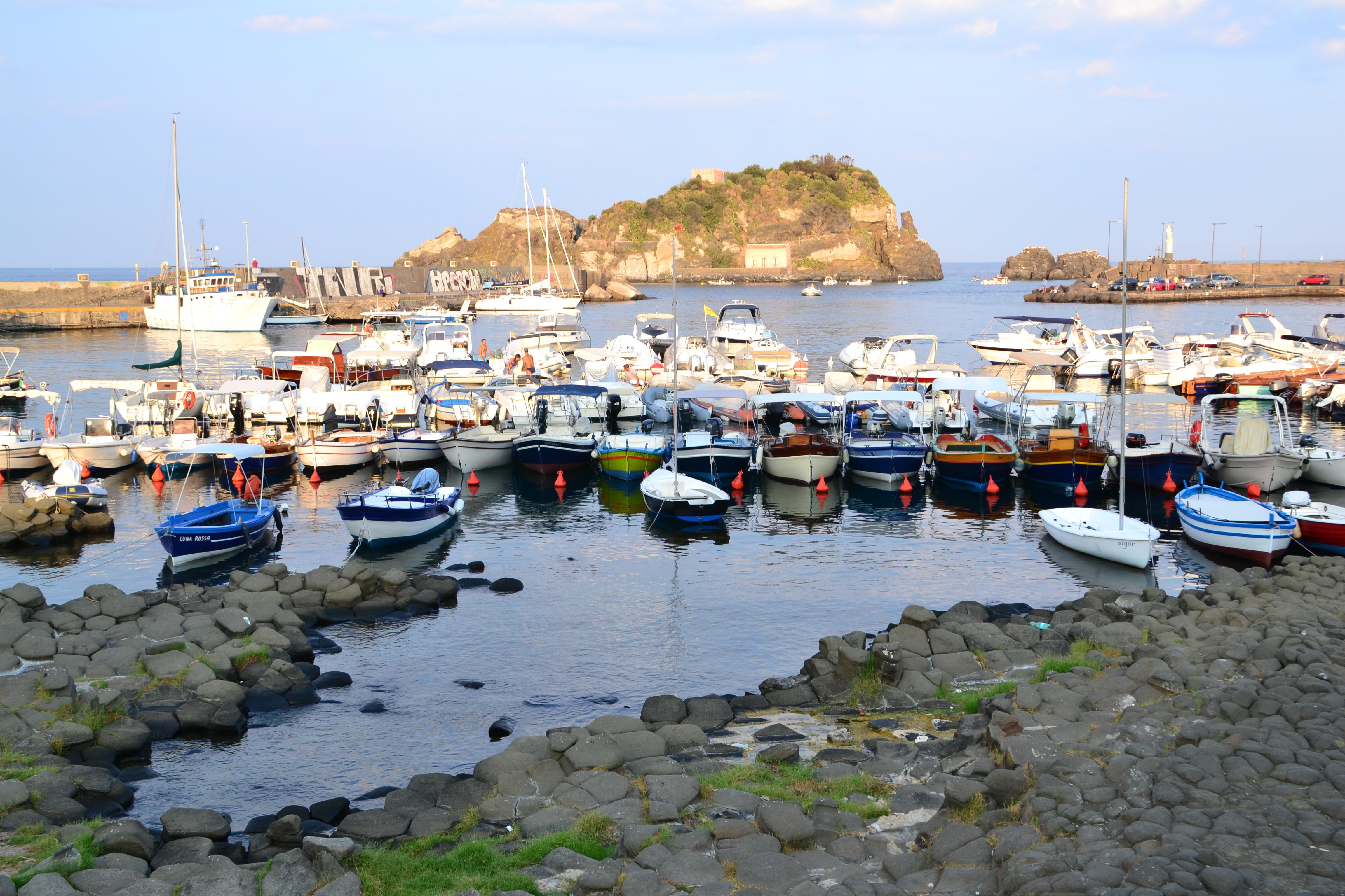 Il porto di Acitrezza a Catania