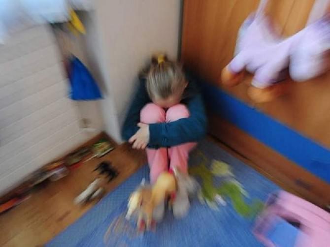 Abusa della figlia della convivente