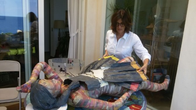 La scultrice della cartapesta Paola Barbasso lavora alla statua Angela di Guadagna.com