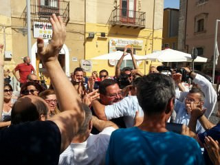 Domenico Messinese del M5S festeggia a Gela