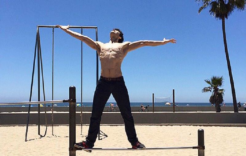 Roberto Bolle e l'allenamento in spiaggia sotto i raggi del sole