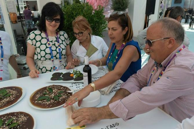 Concetta Metrico, la chef Fanny Consoli  e alcuni visitatori del cluster Biomediterraneo