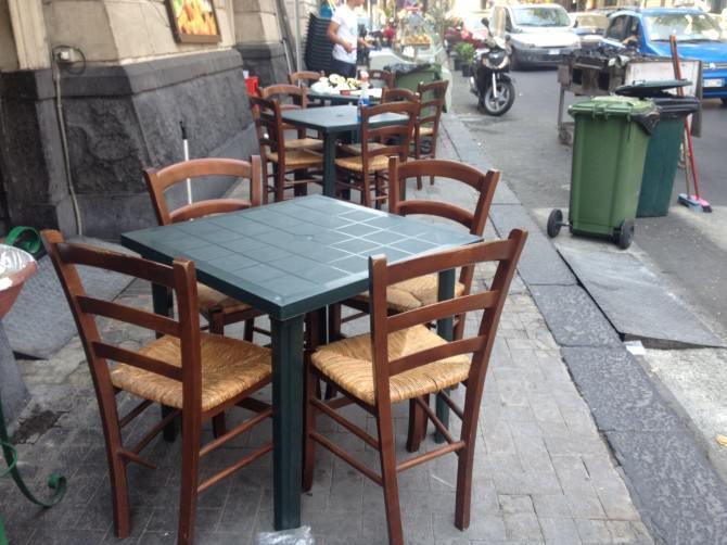 Trattoria via Plebiscito Tavolini Marciapiede