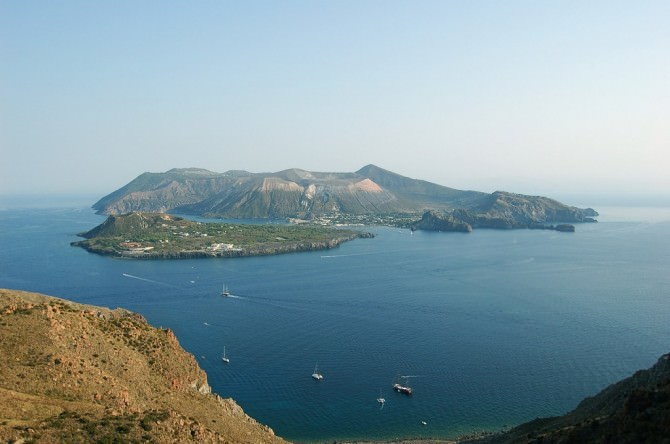 http://www.newsicilia.it/wp-content/uploads/2015/07/Isole-Eolie-Vulcano-670x444.jpg