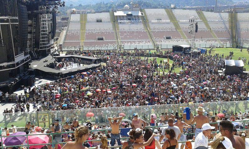 La folla di fans al concerto di Vasco Rossi