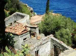 Le casette distrutte dell'ex villaggio Le Rocce.