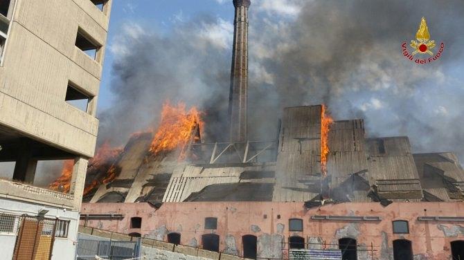 """Catania, capannone delle """"Ciminiere"""": le foto dell'incendio"""