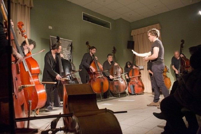 L'orchestra Bassmass Sizilien diretta da Sebastian Gramss