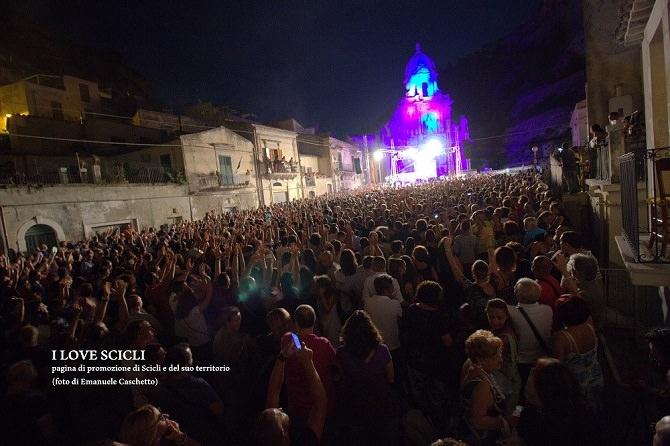 """""""Taranta Sicily Fest"""" serata di chiusura: in migliaia a ballare sotto la luna"""