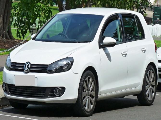 2009-2011_Volkswagen_Golf_(5K)_118TSI_Comfortline_5-door_hatchback_(2011-11-08)_01