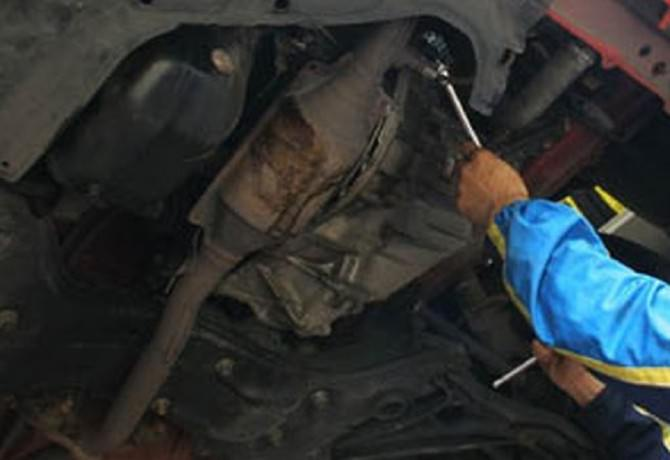 meccanico sotto macchina