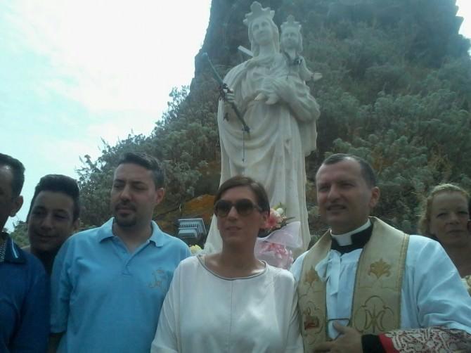 omaggio floreale alla statua della madonna sul faraglione grande