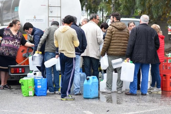 Messina senz'acqua, gli abitanti fanno rifornimento con le autobotti
