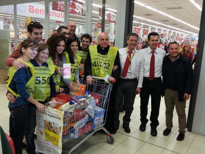 Colletta 2015 - Mons Gristina con i volontari prima di conservare la spesa