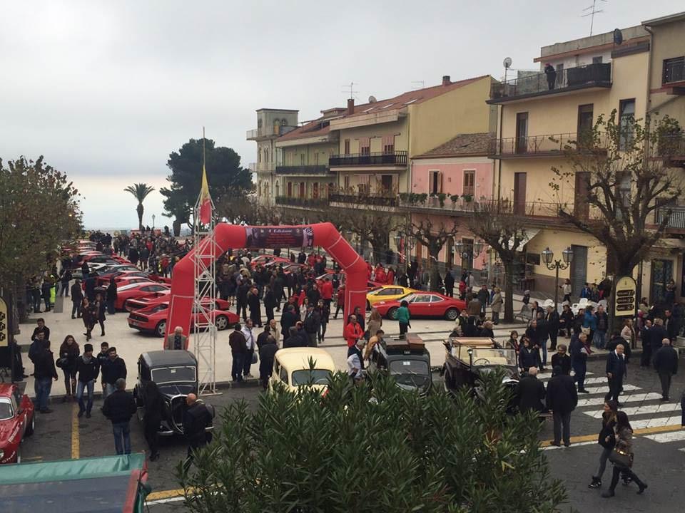 Le mitiche Ferrari in piazza Umberto a Zafferana Etnea