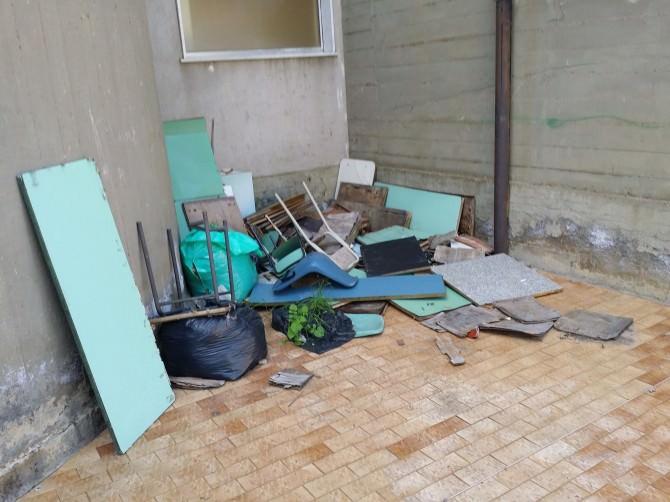 vecchie sedie e banchi (1)