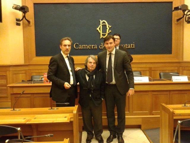 Da sin. l'editore Salvo Bonfirraro, l'onorevole Renato Brunetta e l'autore Simone Nastasi