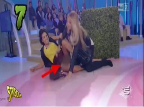 """Caterina Balivo non sfugge a Striscia: a """"Detto Fatto"""" senza mutandine"""