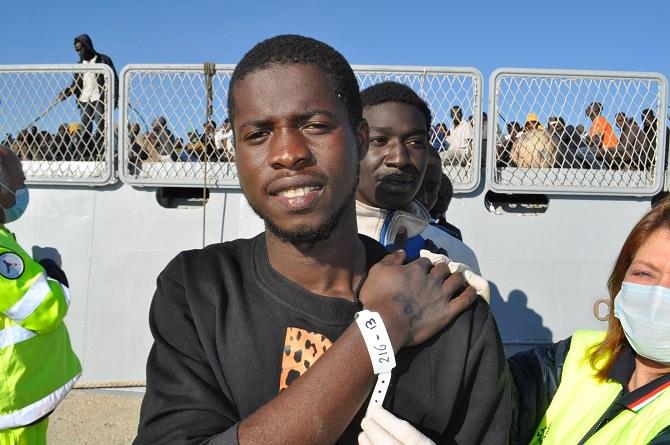Sbarcarti 481 migranti a Pozzallo, quattro scafisti arruolati tra i passeggeri