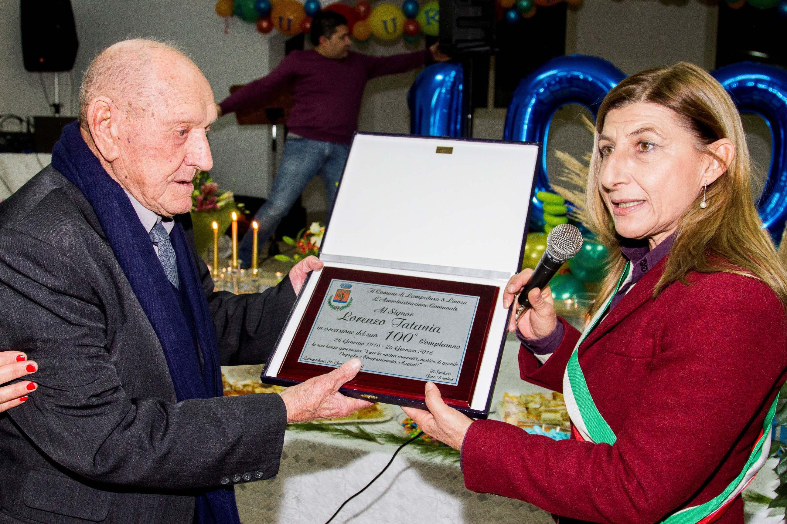 Giusi Nicolini consegna la targa a Lorenzo Tatania