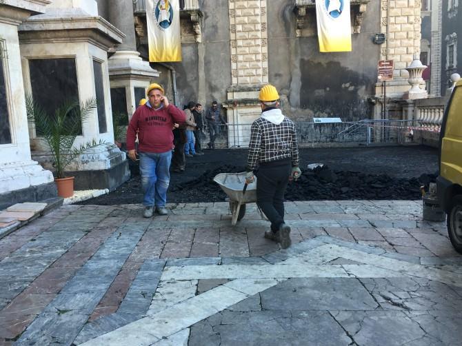 """Smantellato l'asfalto sul sagrato del Duomo di Catania. Caffo e Scionti: """"Intervento solo temporaneo"""""""