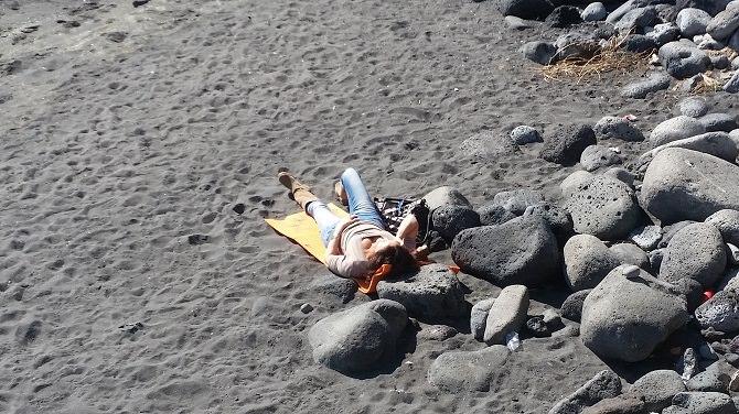 Dov'è finito l'inverno? Catanesi in spiaggia per la prima tintarella. LE FOTO