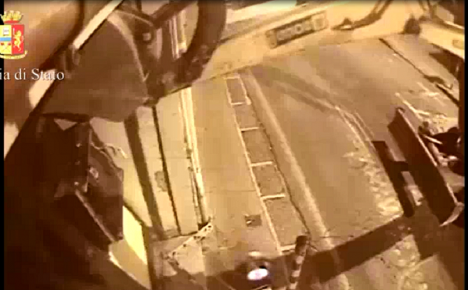 Usano escavatore per rubare bancomat ad Acireale, sette persone in manette