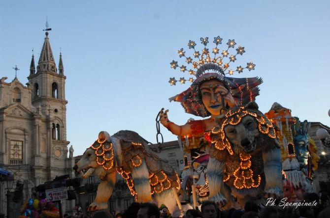 Carnevale di Acireale, esplode la festa e l'entusiasmo invade la città