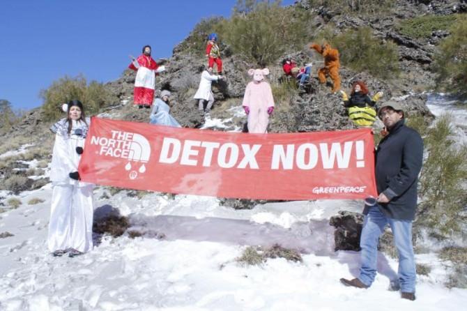 """Greenpeace: mascherati sull'Etna per dire """"NO"""" alle sostanze chimiche pericolose"""