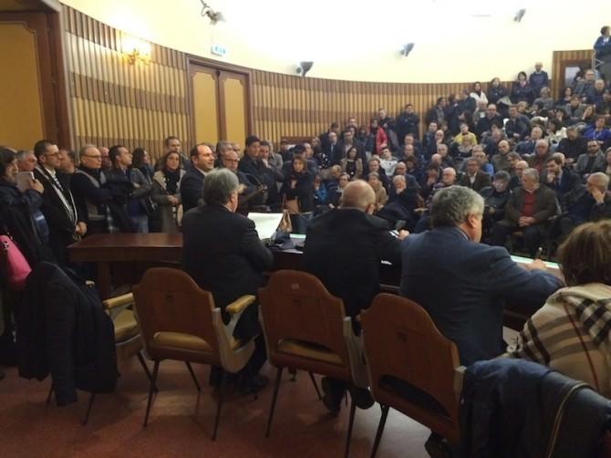 """Il Pd a Ragusa: """"Ripartiamo da qui"""". Folla straripante alla Camera di commercio"""
