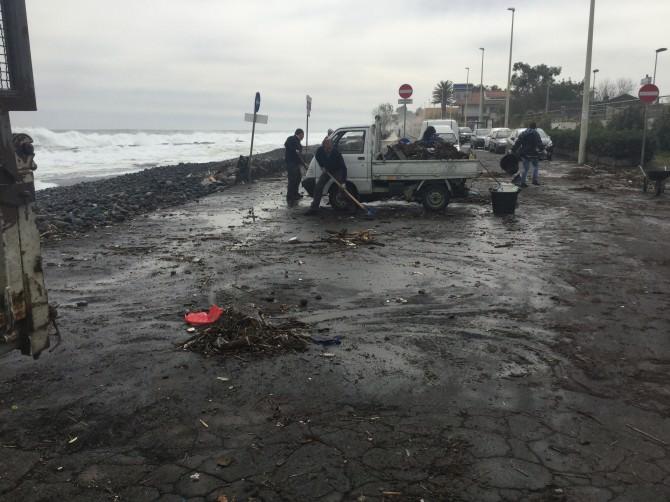 Sono per fortuna contenuti i danni provocati dalla mareggiata verificatasi la notte scorsa a Riposto.