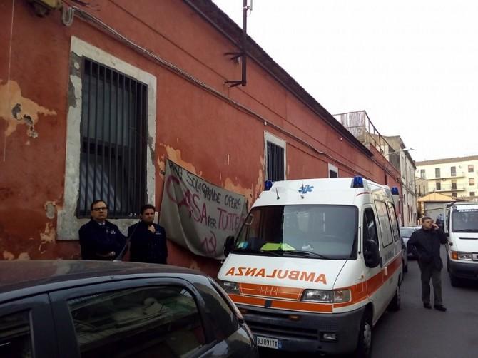 Sfratto in via Furnari, un uomo minaccia di buttarsi dal balcone