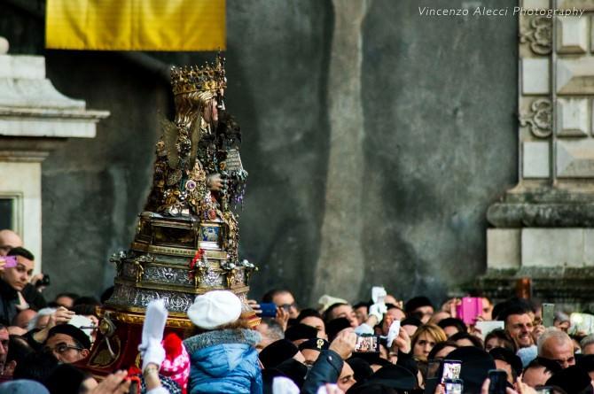 Esce il busto della Santa, spari in piazza a Duomo: comincia il giro interno. IL VIDEO