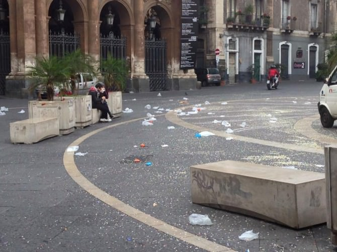 Buste vuote, bottiglie e coriandoli: quando il Carnevale lascia un segno di inciviltà